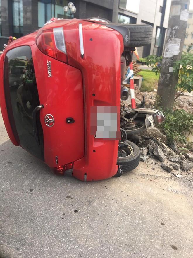 Sau khi húc xe máy nằm bẹp dưới đường, tài xế ô tô đã bỏ của chạy lấy người? - Ảnh 2.