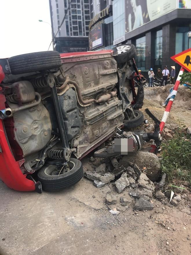 Sau khi húc xe máy nằm bẹp dưới đường, tài xế ô tô đã bỏ của chạy lấy người? - Ảnh 3.