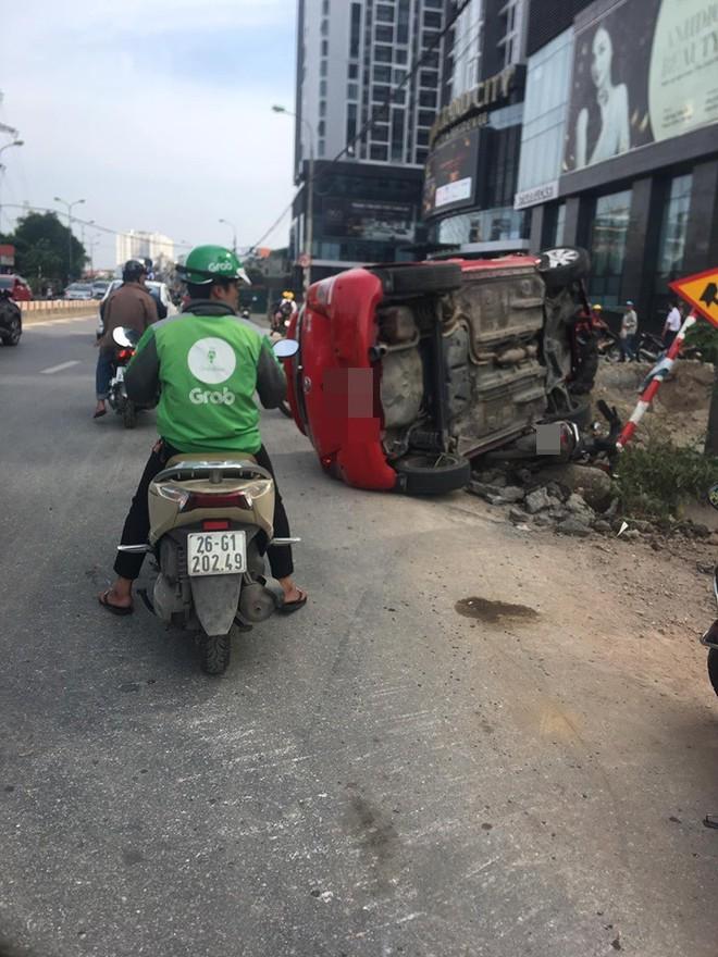 Sau khi húc xe máy nằm bẹp dưới đường, tài xế ô tô đã bỏ của chạy lấy người? - Ảnh 4.