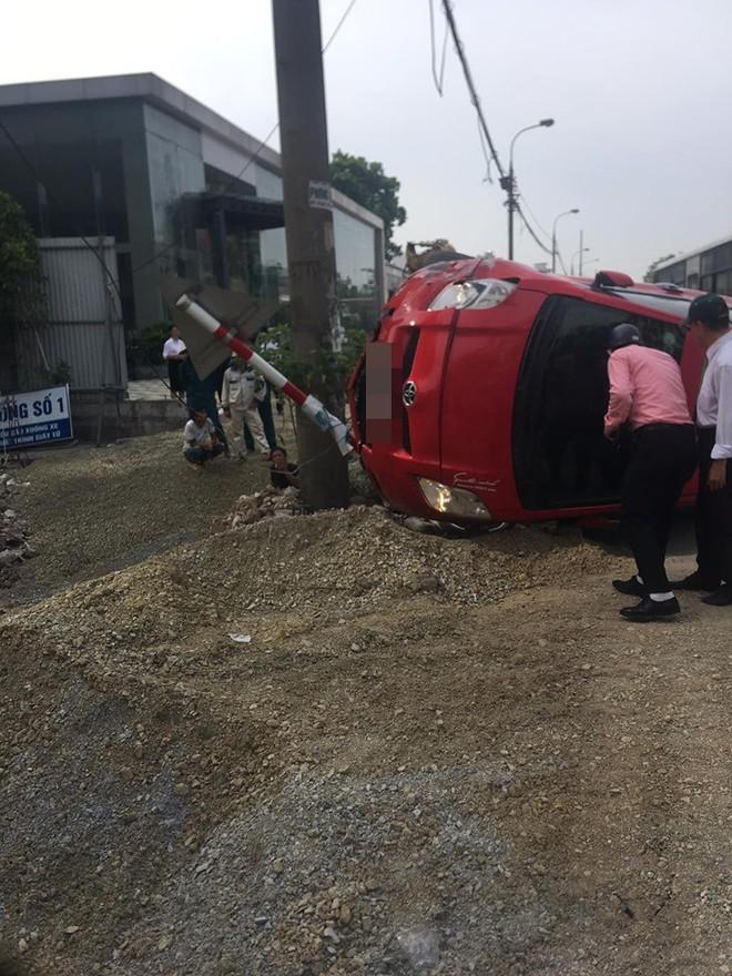 Sau khi húc xe máy nằm bẹp dưới đường, tài xế ô tô đã bỏ của chạy lấy người? - Ảnh 5.