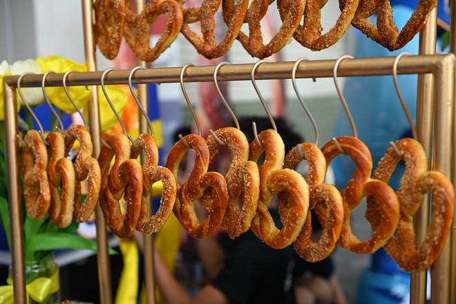 Người dân xếp hàng ăn bánh Auntie Annes nổi tiếng nước Mỹ vừa về Việt Nam - Ảnh 1.