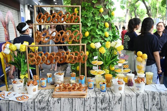 Người dân xếp hàng ăn bánh Auntie Annes nổi tiếng nước Mỹ vừa về Việt Nam - Ảnh 4.