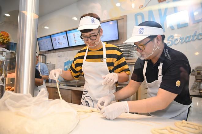 Người dân xếp hàng ăn bánh Auntie Annes nổi tiếng nước Mỹ vừa về Việt Nam - Ảnh 5.