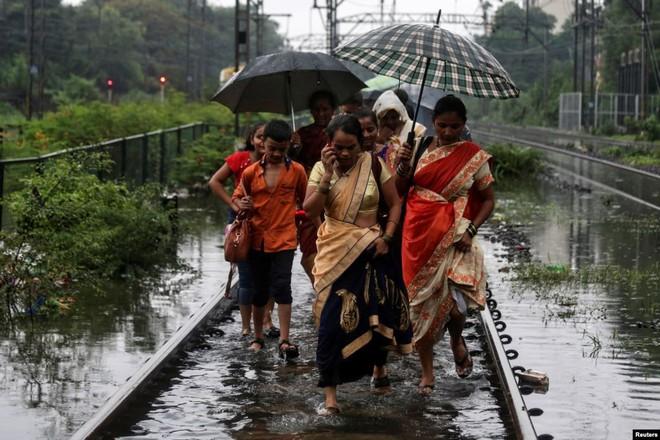 24h qua ảnh: Các cô gái chơi đùa trong bể nước ớt cay ở Trung Quốc - Ảnh 6.