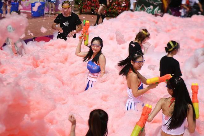 24h qua ảnh: Các cô gái chơi đùa trong bể nước ớt cay ở Trung Quốc - Ảnh 2.