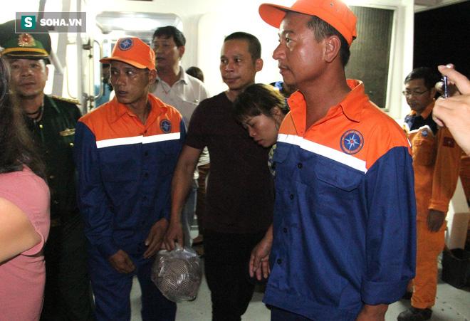 Đẫm nước mắt giây phút đón 7 thuyền viên trong vụ chìm tàu trở về - ảnh 6