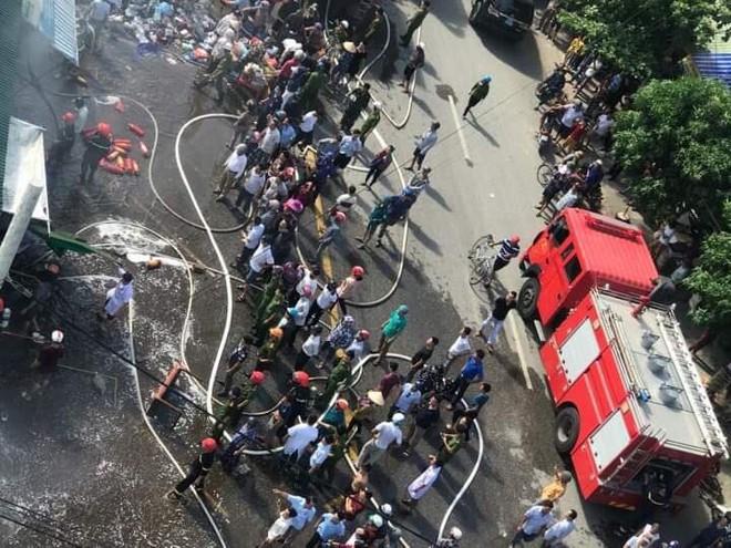 Cháy chợ, cả nghìn người đến chữa cháy và hỗ trợ cứu hàng - Ảnh 13.