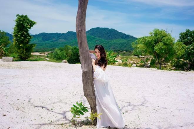 Hoa hậu Tiểu Vy khoe vai trần quyến rũ ở tuổi 19 - Ảnh 3.