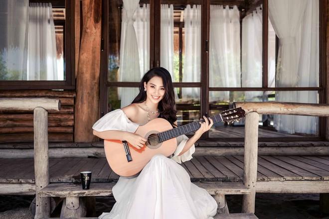 Hoa hậu Tiểu Vy khoe vai trần quyến rũ ở tuổi 19 - Ảnh 4.
