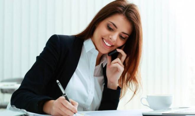 Trợ lý xinh đẹp đòi nghỉ việc, giám đốc nhờ gọi 1 cú điện thoại và dặn 7 câu khiến cô đỏ mặt - ảnh 1