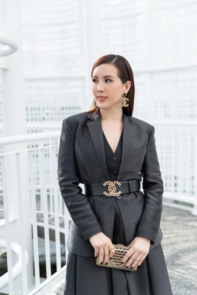 Hoa hậu Thu Hoài mặc thanh lịch, vui vẻ hội ngộ Kim Phượng trong sự kiện  - Ảnh 2.