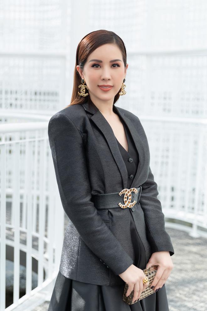 Hoa hậu Thu Hoài mặc thanh lịch, vui vẻ hội ngộ Kim Phượng trong sự kiện  - Ảnh 1.