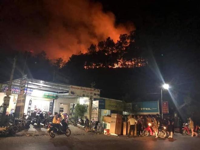 Rừng thông bùng cháy trở lại trong đêm, hàng trăm người dân hô hào lên rừng dập lửa - Ảnh 2.