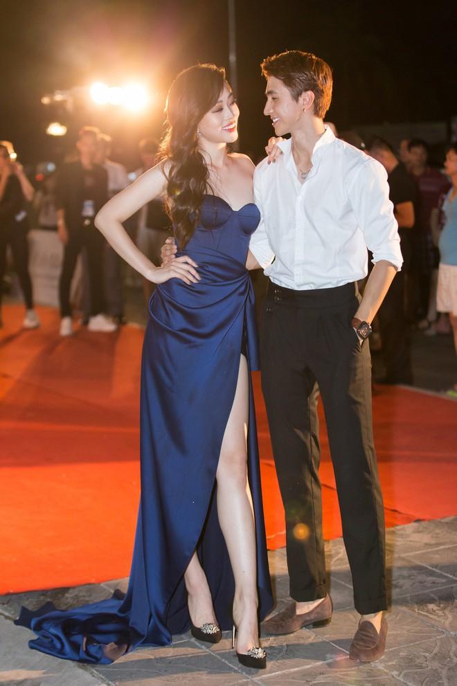 Hoa hậu Trần Tiểu Vy khoe chân dài miên man, xinh đẹp nổi bật giữa dàn hoa hậu đình đám - Ảnh 2.