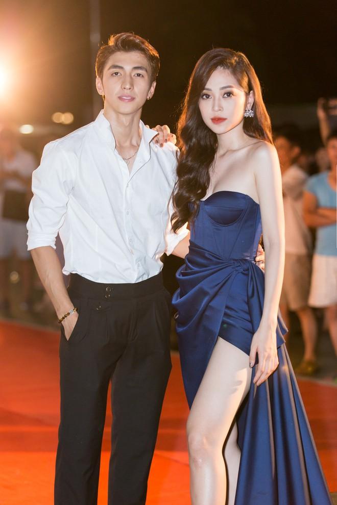 Hoa hậu Trần Tiểu Vy khoe chân dài miên man, xinh đẹp nổi bật giữa dàn hoa hậu đình đám - Ảnh 1.