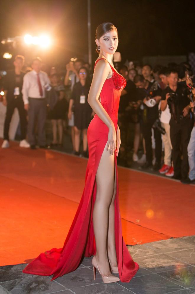 Hoa hậu Trần Tiểu Vy khoe chân dài miên man, xinh đẹp nổi bật giữa dàn hoa hậu đình đám - Ảnh 3.