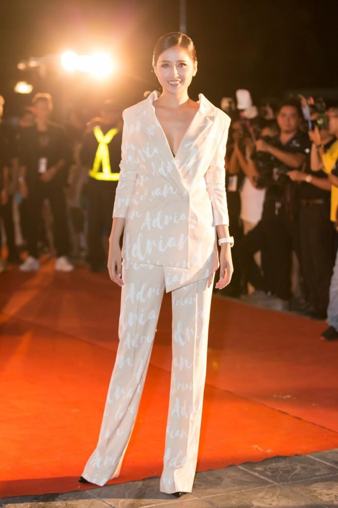 Hoa hậu Trần Tiểu Vy khoe chân dài miên man, xinh đẹp nổi bật giữa dàn hoa hậu đình đám - Ảnh 10.
