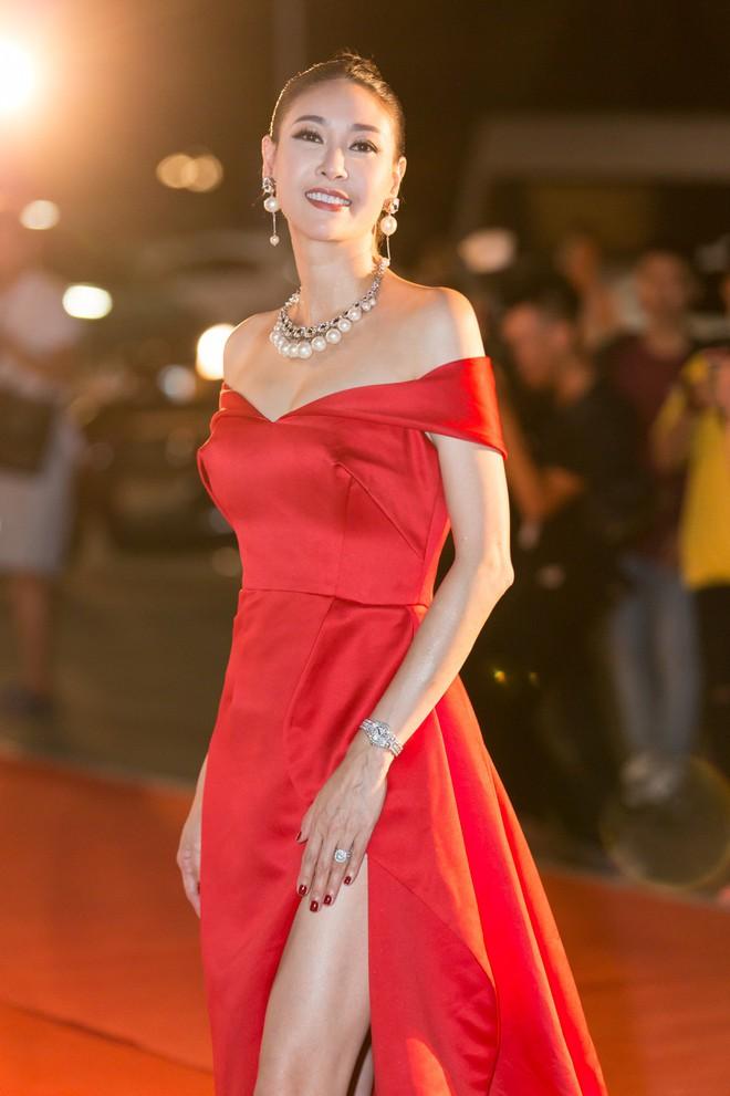 Hoa hậu Trần Tiểu Vy khoe chân dài miên man, xinh đẹp nổi bật giữa dàn hoa hậu đình đám - Ảnh 9.