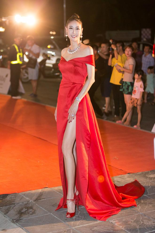 Hoa hậu Trần Tiểu Vy khoe chân dài miên man, xinh đẹp nổi bật giữa dàn hoa hậu đình đám - Ảnh 8.