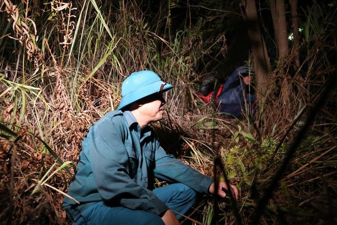 Toàn cảnh vụ cháy rừng thông trong đêm, lực lượng chức năng trắng đêm canh rừng - Ảnh 15.