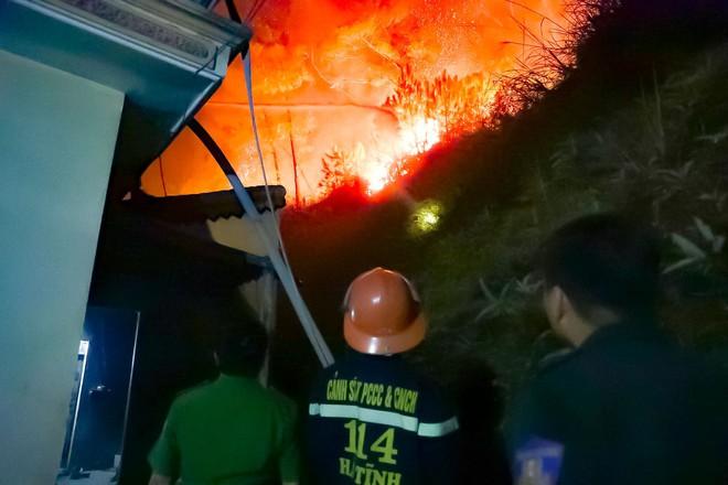 Toàn cảnh vụ cháy rừng thông trong đêm, lực lượng chức năng trắng đêm canh rừng - Ảnh 8.