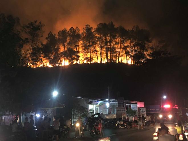 Toàn cảnh vụ cháy rừng thông trong đêm, lực lượng chức năng trắng đêm canh rừng - Ảnh 5.