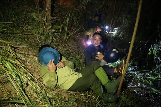 Toàn cảnh vụ cháy rừng thông trong đêm, lực lượng chức năng trắng đêm canh rừng - Ảnh 12.