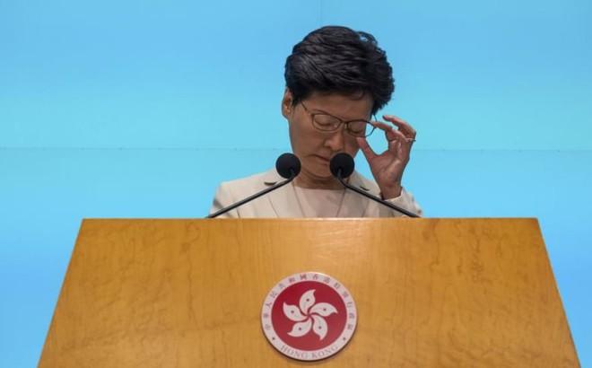 """Đặc khu trưởng Hong Kong tuyên bố """"dự luật dẫn độ đã chết"""", thừa nhận thất bại"""