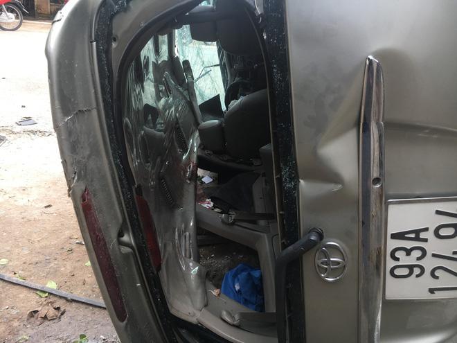 Xe 7 chỗ tông đầu xe tải rồi lật ngang , 5 người đàn ông gào thét kêu cứu - Ảnh 3.