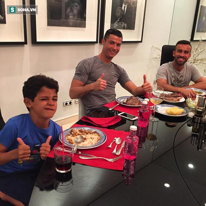 Patrice Evra nói sai rồi, Ronaldo không ăn uống chán phèo, Messi mới là kẻ khổ hạnh - Ảnh 1.
