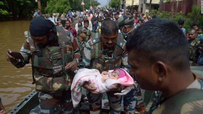 7 ngày qua ảnh: Binh sĩ Ấn Độ bế em bé đi sơ tán khỏi vùng lũ - Ảnh 7.