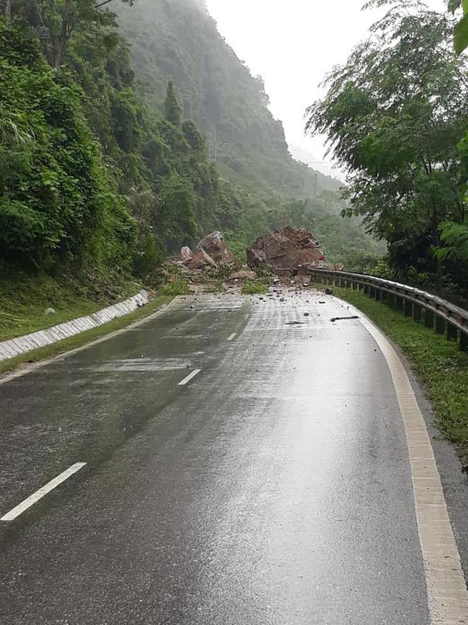 Bắc Kạn: Hàng chục tảng đá lớn sạt xuống quốc lộ đè bà nội tử vong, cháu nguy kịch - Ảnh 4.