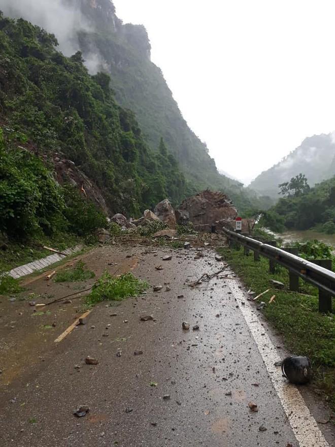 Bắc Kạn: Hàng chục tảng đá lớn sạt xuống quốc lộ đè bà nội tử vong, cháu nguy kịch - Ảnh 2.