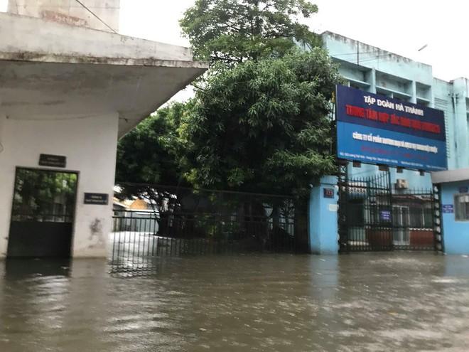 Ảnh hưởng của bão số 3, Hà Nội ngập nhiều tuyến phố, cây xanh gãy cành, bật gốc - Ảnh 1.