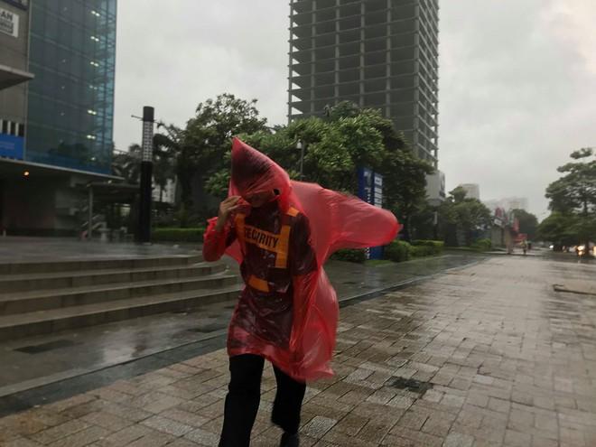 Ảnh hưởng của bão số 3, Hà Nội ngập nhiều tuyến phố, cây xanh gãy cành, bật gốc - Ảnh 7.