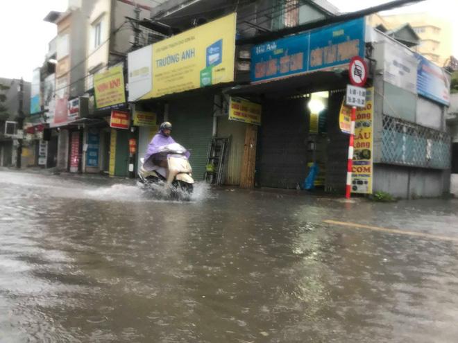Ảnh hưởng của bão số 3, Hà Nội ngập nhiều tuyến phố, cây xanh gãy cành, bật gốc - Ảnh 13.
