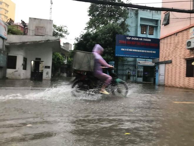 Ảnh hưởng của bão số 3, Hà Nội ngập nhiều tuyến phố, cây xanh gãy cành, bật gốc - Ảnh 14.