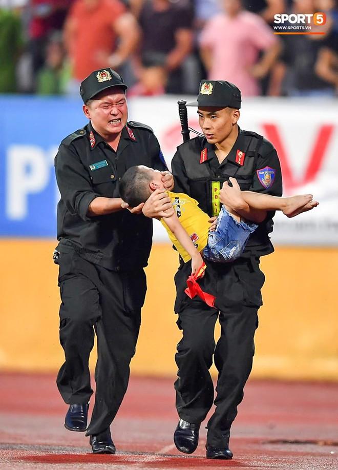 Danh tính Đại úy CSCĐ tỉnh Nam Định dùng tay chèn miệng bé trai trên sân vận động - Ảnh 1.