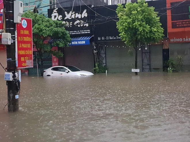 Đường Hà Nội biến thành sông, ô tô ở Thái Nguyên ngập tới nóc trong sáng nay là do đâu? - Ảnh 3.
