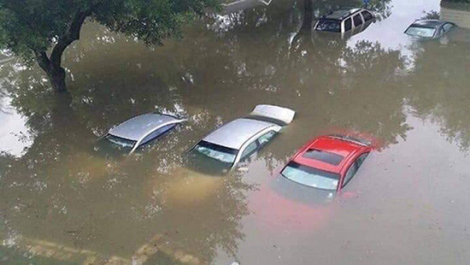 Hàng loạt ô tô, xe máy chìm nghỉm trong trận ngập khủng khiếp ở TP Thái Nguyên - Ảnh 2.