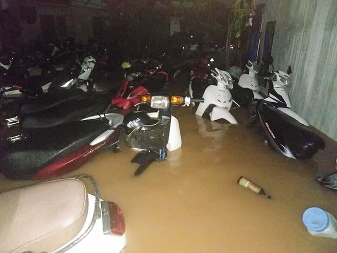 Hàng loạt ô tô, xe máy chìm nghỉm trong trận ngập khủng khiếp ở TP Thái Nguyên - Ảnh 10.