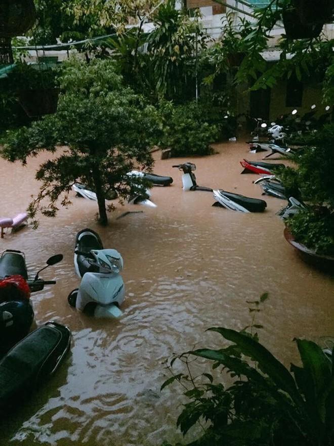 Hàng loạt ô tô, xe máy chìm nghỉm trong trận ngập khủng khiếp ở TP Thái Nguyên - Ảnh 4.