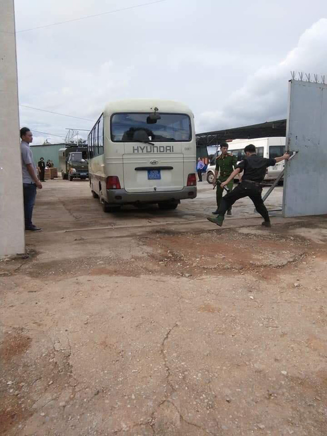 Bộ Công an khám xét xưởng sản xuất ma túy, thu 13 tấn tiền chất, giữ nhiều người Trung Quốc - Ảnh 2.
