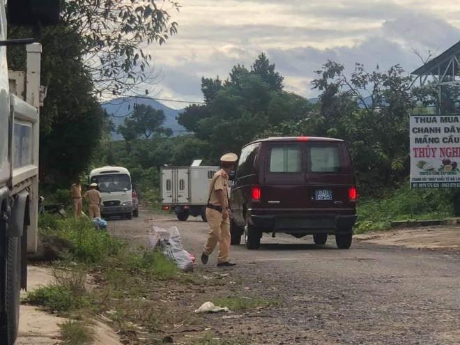 Bộ Công an khám xét xưởng sản xuất ma túy, thu 13 tấn tiền chất, giữ nhiều người Trung Quốc - Ảnh 1.