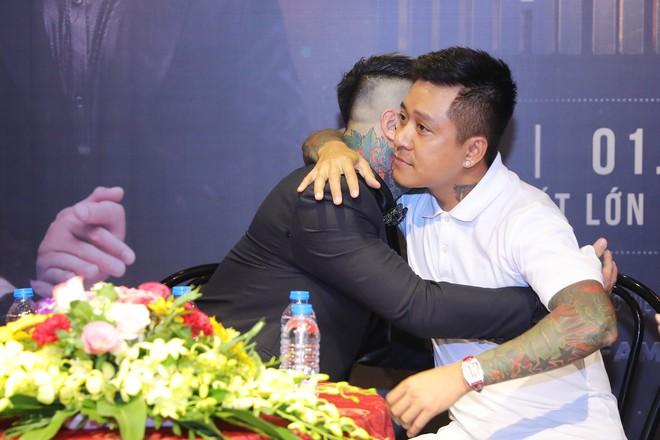 Vũ Duy Khánh ôm chặt Tuấn Hưng khi thấy đàn anh xúc động suýt khóc - Ảnh 4.
