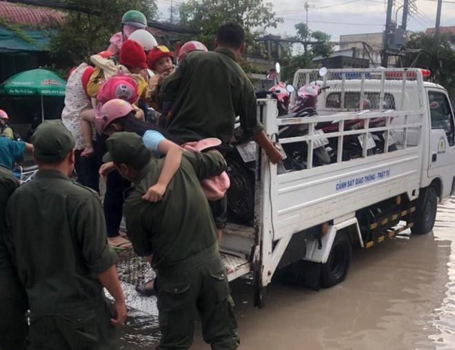 Công an Bình Dương huy động lực lượng giúp dân di chuyển ra khỏi vùng ngập nước - Ảnh 2.