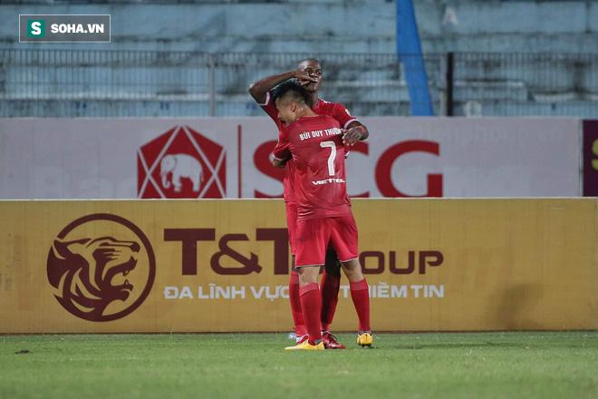 Quang Hải lập siêu phẩm đá phạt, Hà Nội FC chạm một tay vào chiếc cúp sau trận đấu kỳ lạ - Ảnh 2.