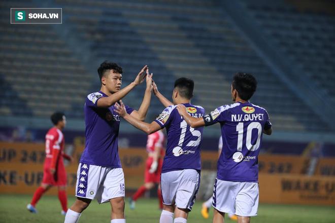 Quang Hải lập siêu phẩm đá phạt, Hà Nội FC chạm một tay vào chiếc cúp sau trận đấu kỳ lạ - Ảnh 7.