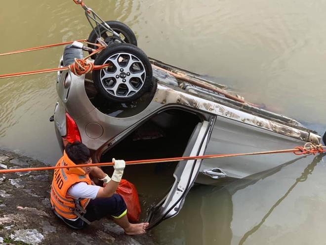 Taxi lao xuống sông khiến nữ hành khách tử vong, tài xế mất tích - Ảnh 2.