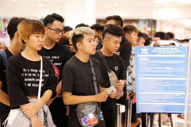 Hà Nội: Hàng trăm khách xếp hàng 2 ngày chờ mua mẫu giày Adidas siêu hot - Ảnh 9.